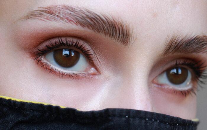 Des yeux bien maquillés avec un masque