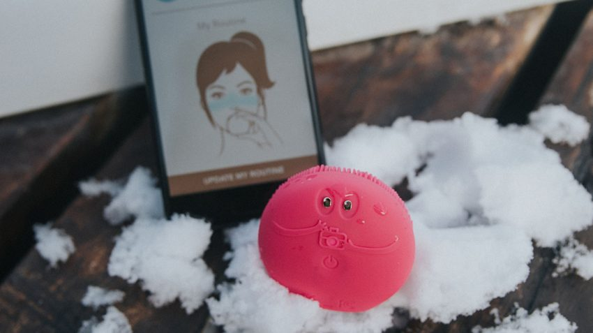 FOREO LUNA fofo fuchsia in snow with FOREO app